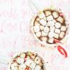 Tres formas coloridas de la bebida del chocolate caliente