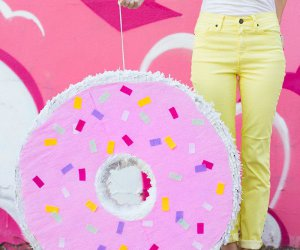 DIY Donut Piñata (+ Una sorpresa virtual Baby Shower!)